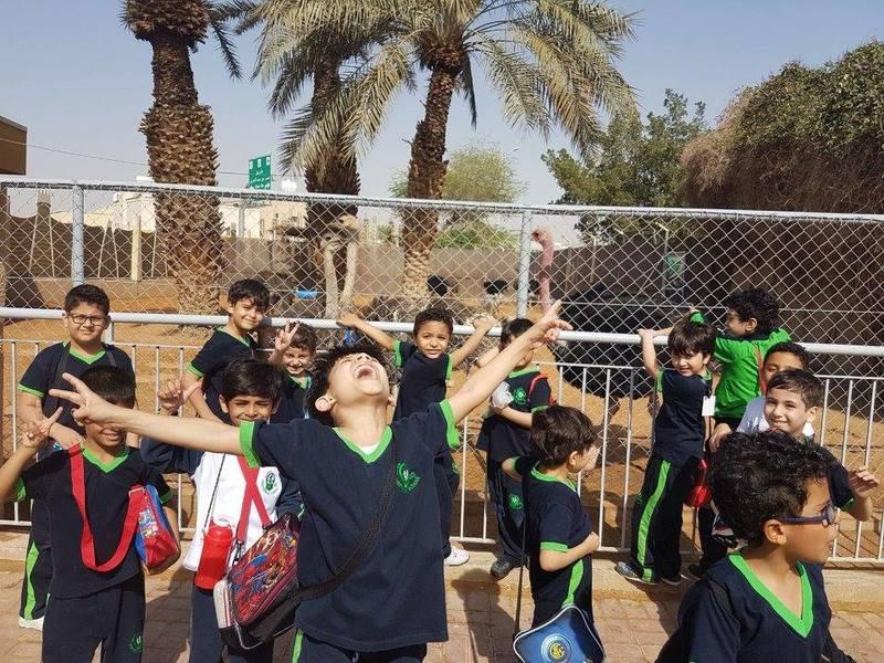 صوره للطلاب في احد الرحلات المدرسيه بمدارس واحة العلم الدولية