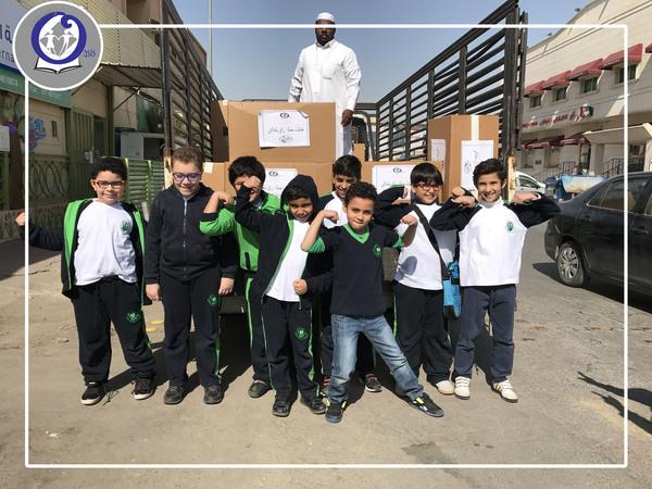 مساعدة الطلاب بجمع التبرعات الخيرية في أسبوع اللغة العربية