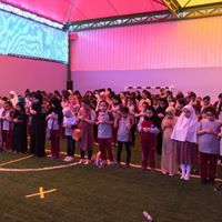 أداء الصلاة لطالبات مدارس الألسن العالمية