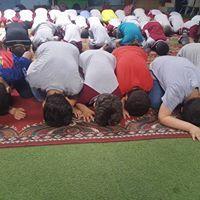 أداء الصلاة لطلاب مدارس الألسن العالمية